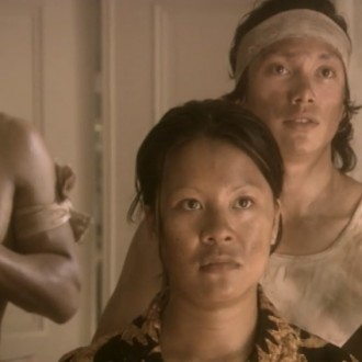 Tessa Wowor as Dewi and in episode 11 of 13 in de oorlog (13 at War; © NTR).