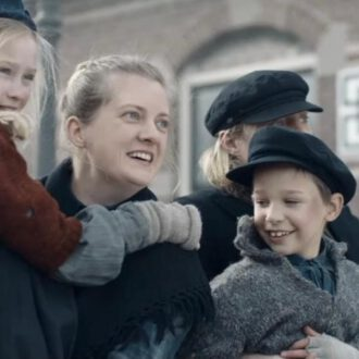 Working class family waiting for steam train in episode 9 of The Story of the Netherlands (© Tuvalu, NTR).