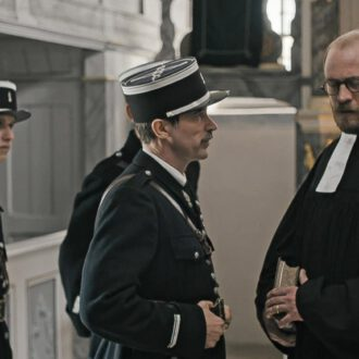 Jean-Luc Bubert as Pastor Morel and Pascal Lalo as Major Dubois in episode 3 of Kids of Courage (© SWR, Looks Film & TV).