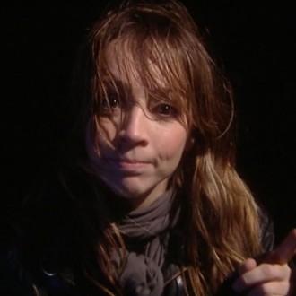 Presentatrice Lisa Wade in aflevering 2 van 13 in de oorlog (© NTR)