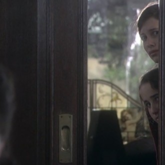 Marleen Stoltz als Therees van Gennep, Selma Avkapan als Roos van Gennep en Noa van Loon als Kaat van Gennep in aflevering 6 van 13 in de oorlog (© NTR)