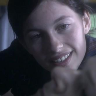 Selma Avkapan als Roos van Gennep in aflevering 8 van 13 in de oorlog (© NTR)