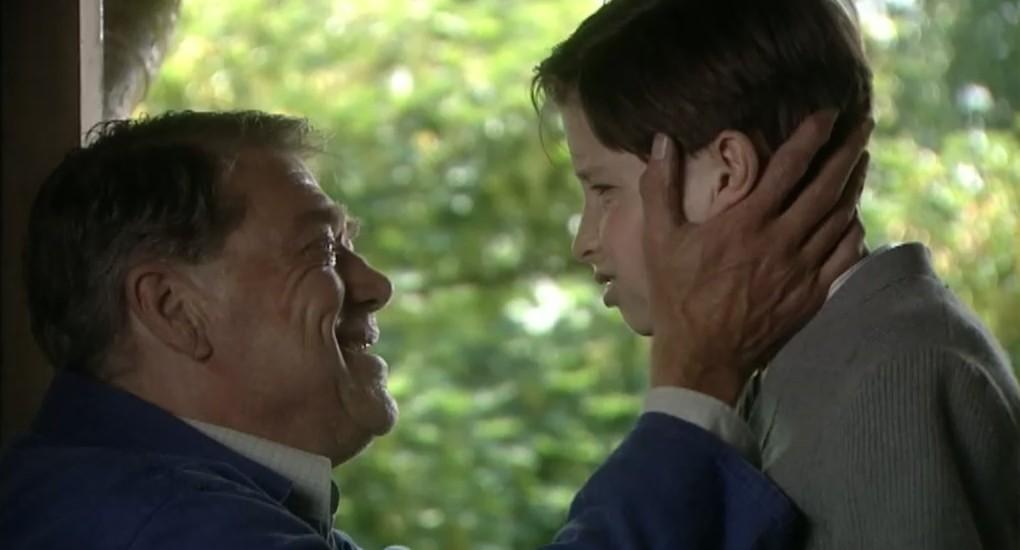 Joop Wittermans als Gerrit Haveman en Tijl Bolhuis als Joost Haveman in aflevering 9 van 13 in de oorlog (© NTR)