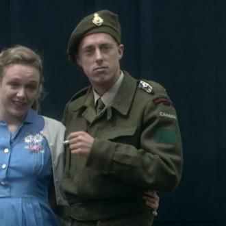 Sophie van Winden als Christina en Gijs Nollen als Canadees in aflevering 13 van 13 in de oorlog (© NTR)