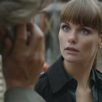 Victor Reinier als Floris Wolfs en Angela Schijf als Eva van Dongen in aflevering 37 van Flikken Maastricht (© Eyeworks)