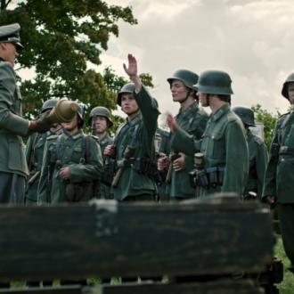Arved Friese als Justus, Anton Petzold als Kurt, Elias Eisold als Walter en Thomas Meinhardt als Leutnant Weber in aflevering 7 van Kids of Courage (© SWR, Looks Film & TV).