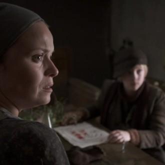 Sarah Soetaert als Margot Veerbeck en Elmo Vangilbergen als Antoin Veerbeck in aflevering 2 van Kleine handen in een grote oorlog (© Looks Film & TV)