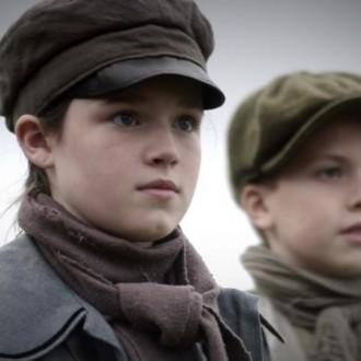 Eilidh Macphee als Alison Brook en Seoras Cuthbert als Oliver in aflevering 4 van Kleine handen in een grote oorlog (© Looks Film & TV)