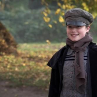 Eilidh Macphee als Alison Brook in aflevering 4 van Kleine handen in een grote oorlog (© Looks Film & TV)