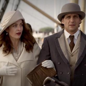 Mariah Friedrich als Grace Davenport en Robert Seeliger als Ted Davenport in aflevering 6 van Kleine handen in een grote oorlog (© Looks Film & TV).