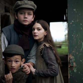 Eloi Christ als Lucien Bonnet, Nicolais Borger als Emilie Bonnet en Leon Bertoni als Maxime Bonnet in aflevering 8 van Kleine handen in een grote oorlog (© Looks Film & TV)
