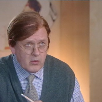 Gijs de Lange in de sketch Super Simon voor Het Klokhuis (© NTR)