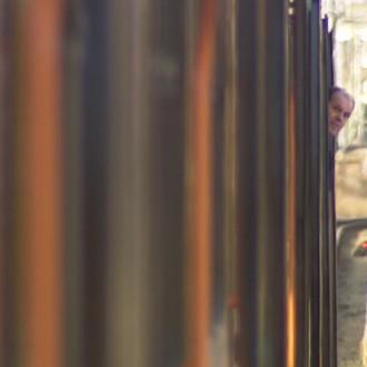 Herman Bolten als Conducteur in de bedrijfsfilm Keep them Rolling (© Bind (Stetz))