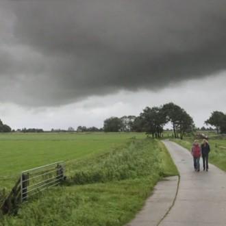 Raymonde de Kuyper als Martha de Vries en Wendy van Dijk als Fenna Kremer in aflevering 1 van Moordvrouw (© Endemol Nederland)