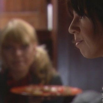 Medina Schuurman als Donna de la Fuentera en Isa Hoes als Catherina Donkersloot in aflevering 74 van Rozengeur & Wodka Lime (© Endemol Nederland)