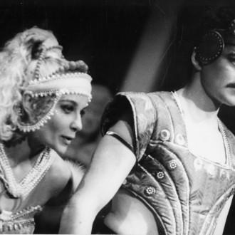 Larisa Bednenko als Salomé en Viktor Dovzjenko als Jonge Syriër in de voorstelling Salomé in het Moskouse Dramatheater in Noginsk