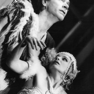 Aleksandr Karpenko als Jokanaan en Larisa Bednenko als Salomé in de voorstelling Salomé in het Moskouse Dramatheater in Noginsk