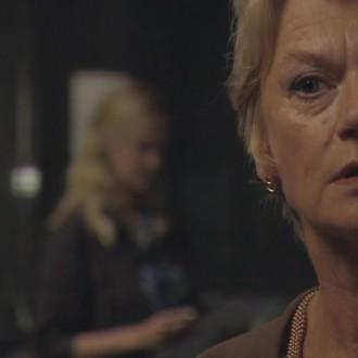 Christine van Stralen als Rossi Goedhart en Margreet Blanken als Heleen Mateur in aflevering 25 van Spoorloos Verdwenen (© Holland Harbour Productions BV)