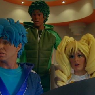 Nick Fleuren als Strongo, Miro Kloosterman als Ballistico en Jacqueline Goedmakers als Charm in aflevering 1 van Sportlets (© Workout Factory BV)