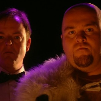 Armand Pol als Showmaster en Simon Zwiers als Taco Taff in aflevering 7 van Sportlets (© Workout Factory BV)